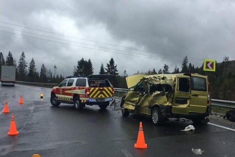 На трасі «Київ-Чоп» мікроавтобус зіткнувся із вантажівкою: четверо загиблих і четверо травмованих