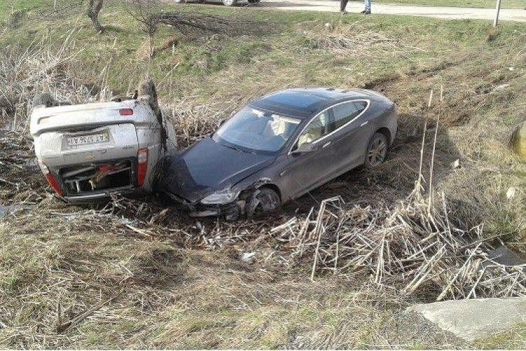 На Прикарпатті електромобіль Tesla потрапив у ДТП (фото)