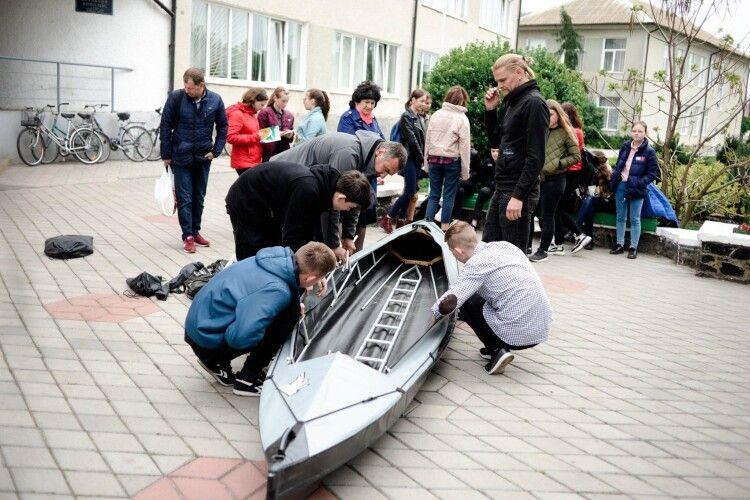 Вихованці Любешівського ліцею ладнають тримісну байдарку, аби вивчати водні простори НПП «Прип'ять-Стохід» (фото)