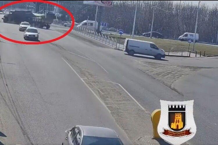 Показали, як саме зіткнулися вантажівка і маршрутка в Луцьку (Відео)