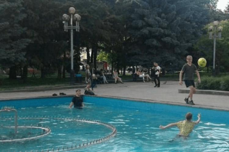 Рятуючись від спеки, рівняни лізуть купатися у фонтани