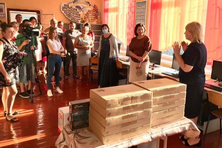 У Сошичненську школу благодійники привезли ноутбуки та сучасний телевізор