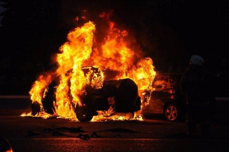 Новорічної ночі в Парижі підпалили 250 автівок