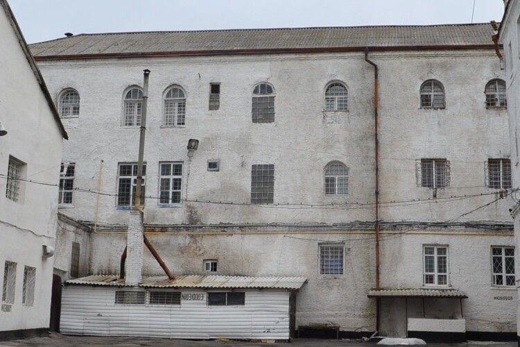 У Луцьку гвардійці під час конвоювання вилучили у в'язня сізо лезо