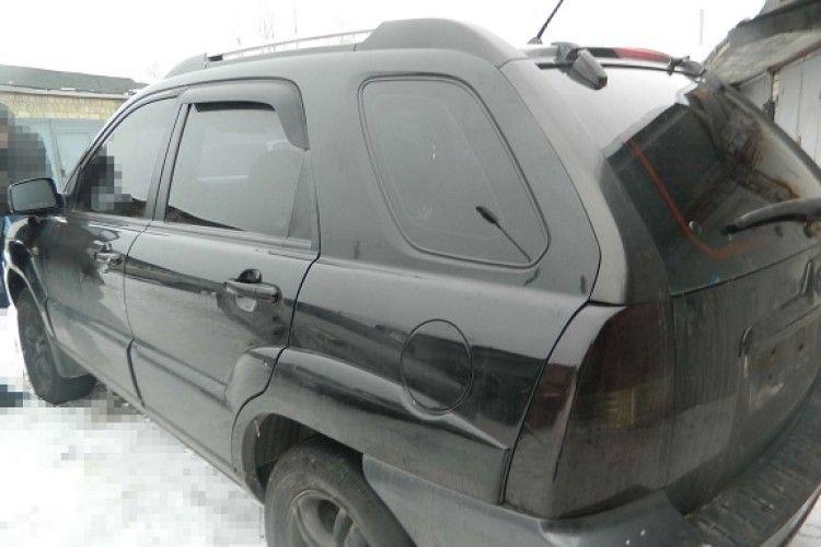 У Києві чоловік викликав евакуатора… і «евакуював» до себе в гараж чужу автівку (фото)