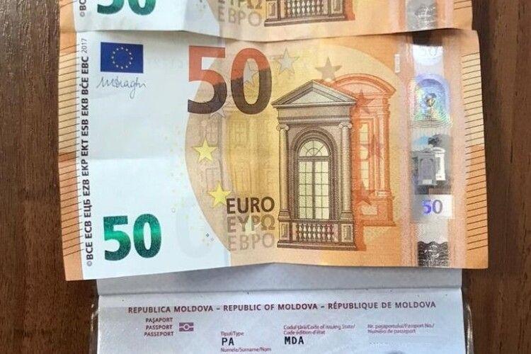 На «Ягодині» молдаванин давав прикордоннику сто євро, щоб той пустив в Україну