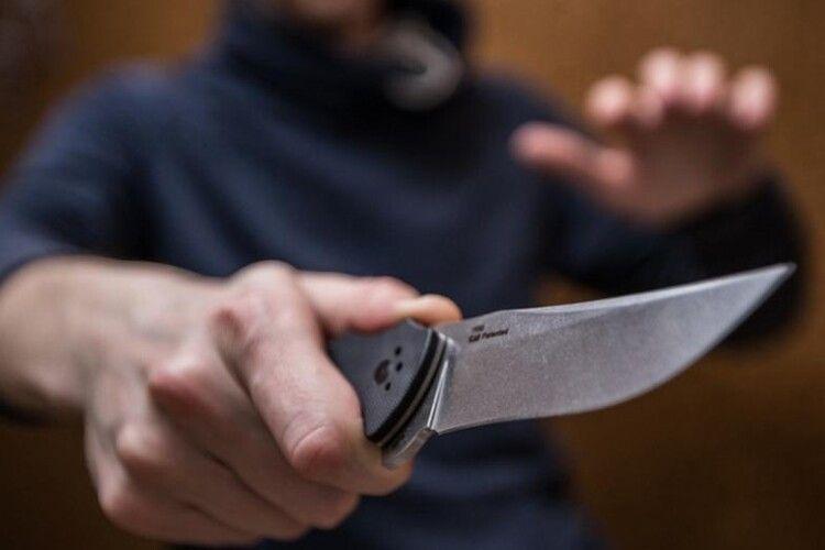 У Ковелі дебошир нападав з ножем на перехожих, бив скло в машинах (Відео)