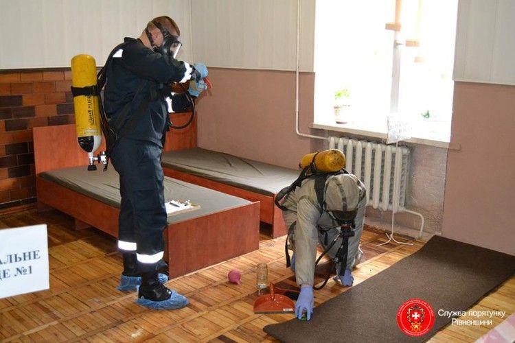 У Рівному рятувальники боролися з розлитою в житловому приміщенні ртуттю (фото)