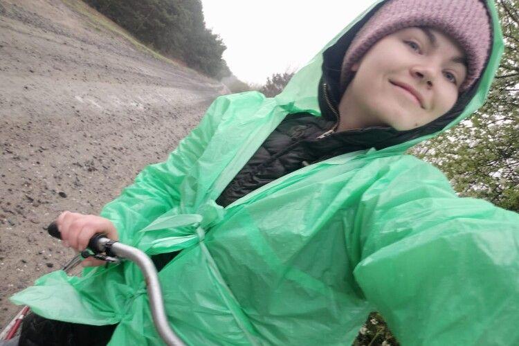 Сімейний лікар, яка щодня долала велосипедом 9 кілометрів до роботи, отримала службовий автомобіль (Фото, Відео)