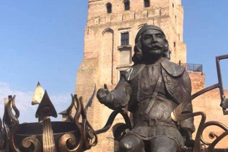 Лучани вимагають від міськради взяти під охорону скульптури кликунів