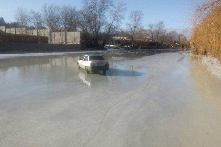 Рятувальники витягнули на берег автівку, яка «вирішила покататися» замерзлою річкою