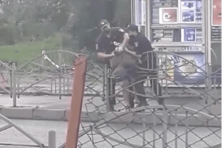 У Луцьку позашляховик вилетів на тротуар: водія скрутили поліцейські (Фото, відео)