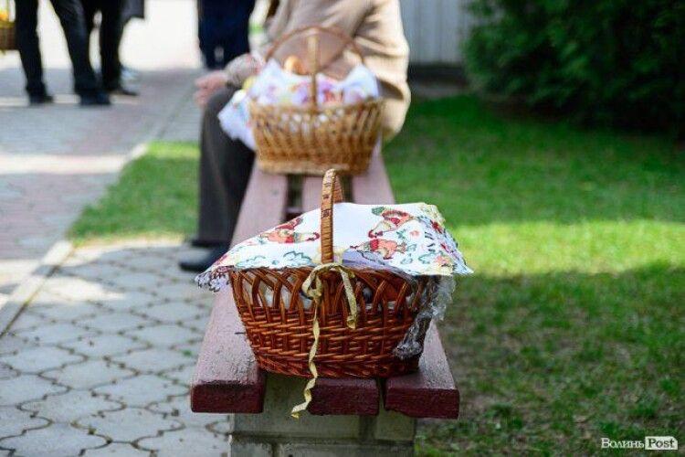 У Луцьку почали освячувати великодні кошики (Фото)