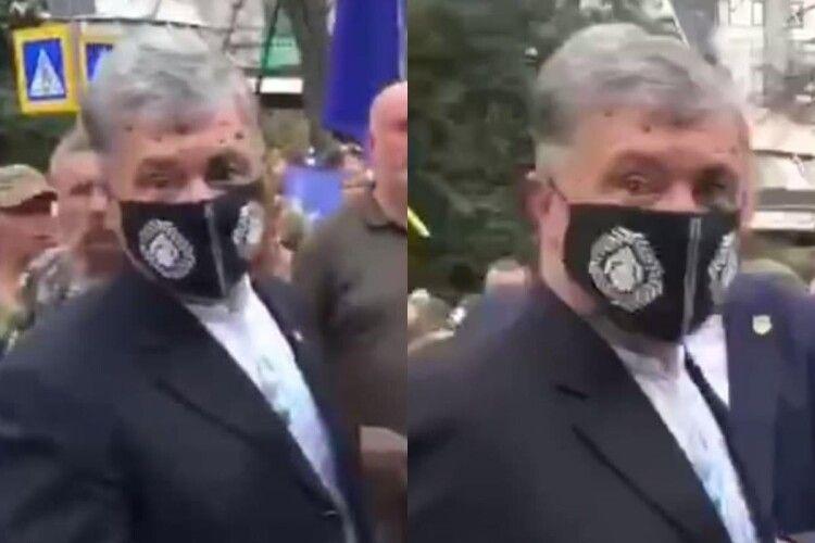 Порошенка облили зеленкою після Маршу захисників у Києві (Відео)