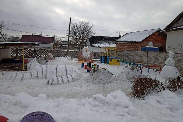 Пінгвіни, черепахи, крокодили: у селищі на Волині діти гуляють сніговим зоопарком (Фото)