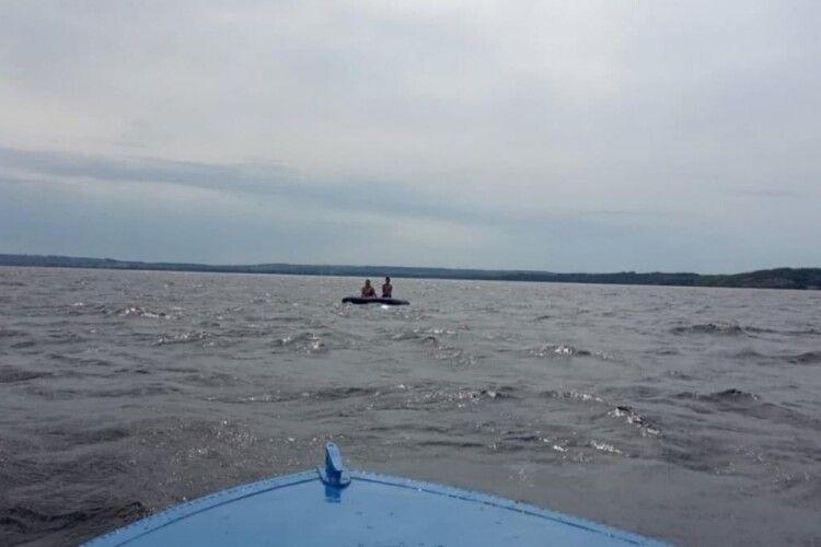 На Дніпрі жінку з дитиною віднесло на матраці на півтора кілометра від берега