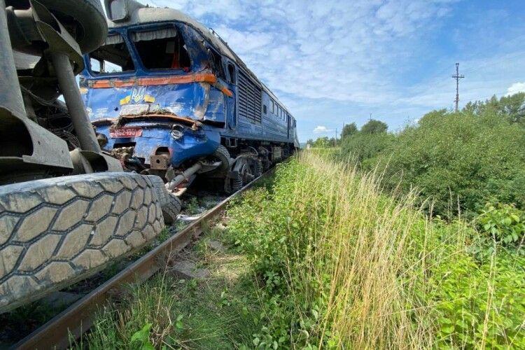 На Закарпатті зіткнулися пасажирський поїзд і вантажівка: 226 людей евакуювали