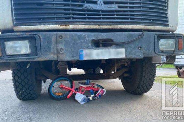 Сміттєвоз збив маленьку дівчинку на велосипеді (Фото)
