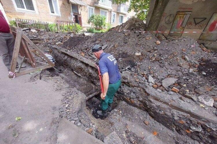 У Володимирі-Волинському міняють старі трубопроводи у центрі міста
