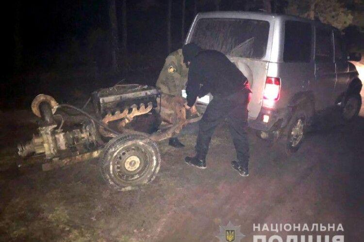 На Рівненщині в авто чоловіка знайшли бурштин, а в урочищі виявили мотопомпу (Фото)