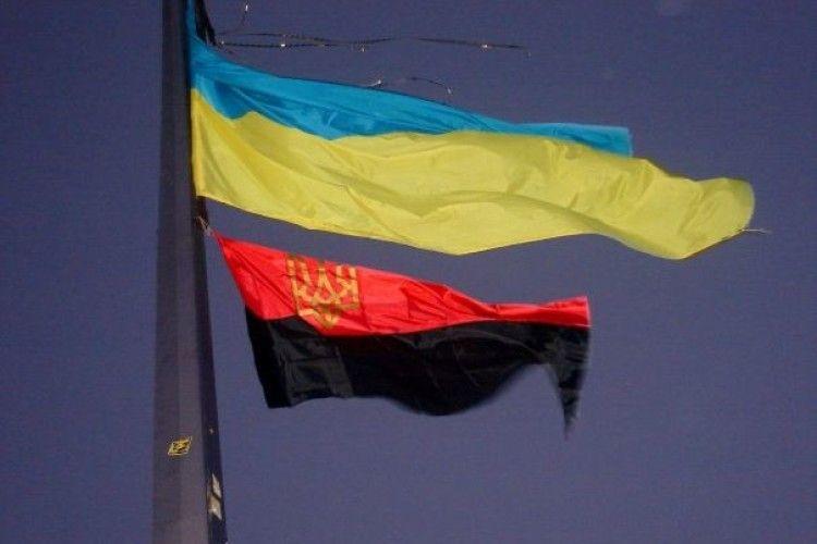 «Покрова – наше свято, Бандера – наш герой!»: Львівська облрада рекомендувала вивішувати червоно-чорний прапор