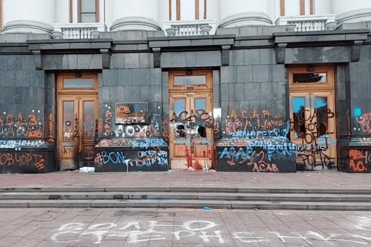 Биті вікна та розмальований фасад: який вигляд має Офіс Президента після нічної акції (Фото)
