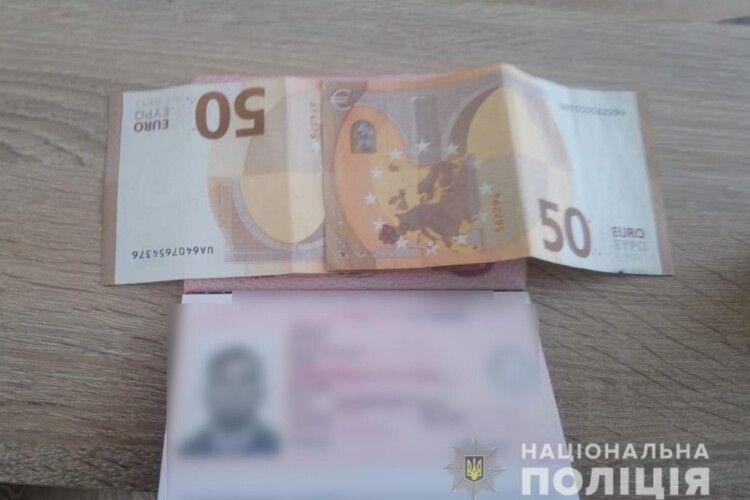 На «Ягодині» росіянин пхав прикордонникам 100 євро хабара