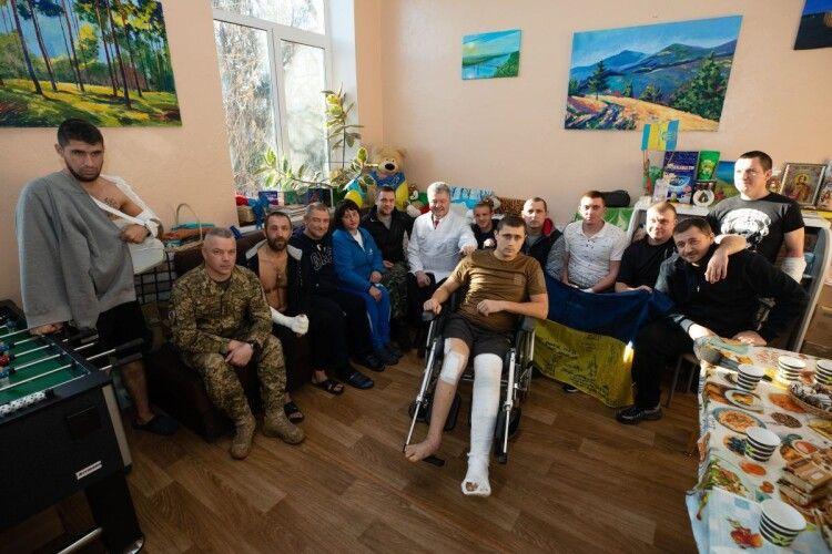 «Ми з вами одна команда, яка дуже любить і захищає Україну», - Порошенко у військовому госпіталі