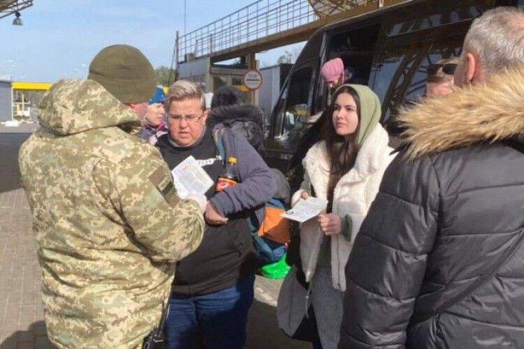 Шість автобусів упродовж ночі доставляли евакуйованих заробітчан до міста Ковель