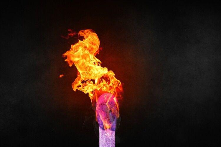 Гралася і підпалила себе: лікарі борються за життя 3-річної дівчинки