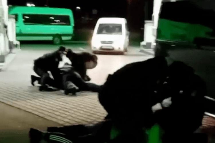 Вечірній конфлікт на АЗС у Рівному: нетверезі чоловіки відмовлялись одягати маски та лаяли патрульних (Фото)