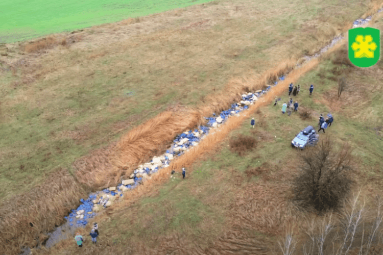 У річку викинули три тисячі каністр з хімікатами (Відео)