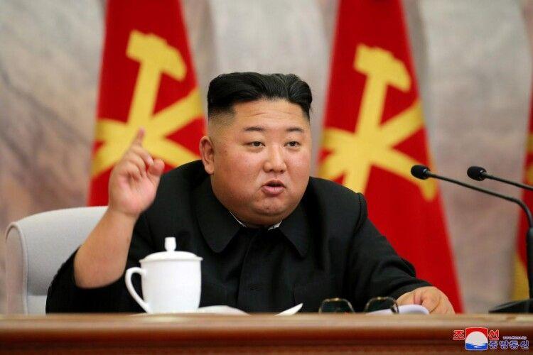 У Північній Кореї заборонили вузькі джинси, фарбоване волосся, пірсинг та екстравагантні «антисоціалістичні» зачіски