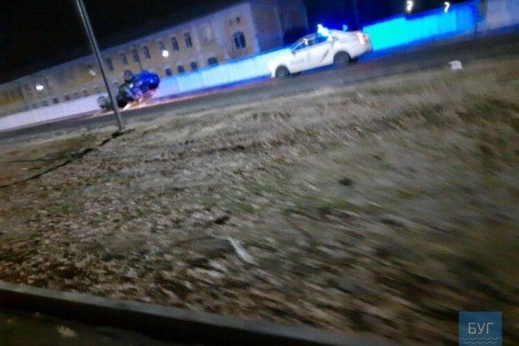 У місті на Волині вночі BMW влетіло в паркан і перекинулося