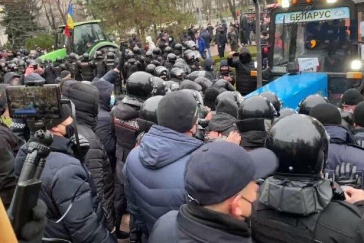 У Молдові фермери на тракторах штурмували будівлю парламенту