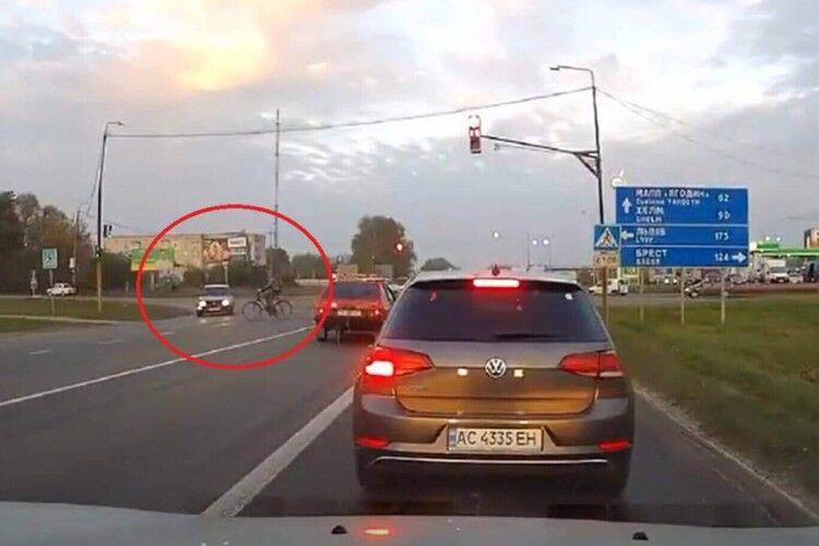 У місті на Волині під колеса авто потрапив велосипедист (Відео)