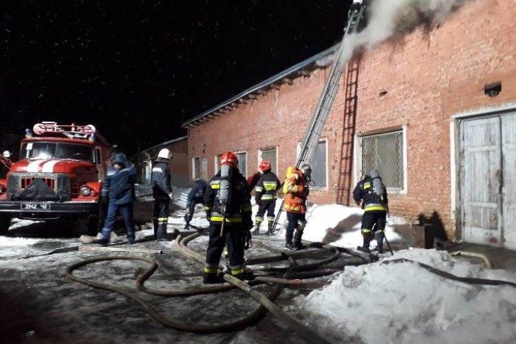 Масштабна пожежа на Рівненщині: понад 5 годин гасили складальний цех (Фото, відео)
