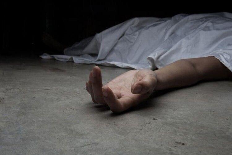 Перед входом на територію лікарні виявили тіло мертвого чоловіка (Фото)