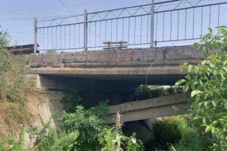 У селі біля Луцька обвалюється міст