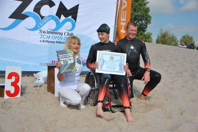 Дівчині, яка пропливла 1500 метрів лише за допомогою рук, Зеленський дав стипендію