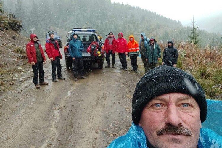 Бійці ДСНС три дні шукали у Карпатах заблукалого грибника, а він прийшов додому сам (Фото)