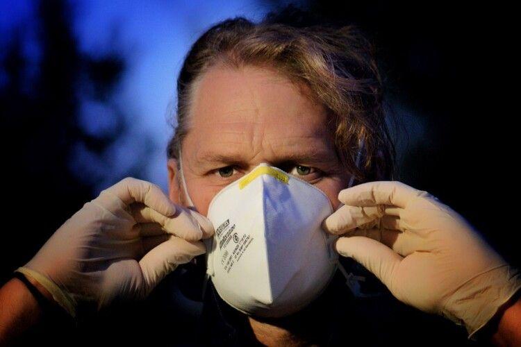 Нападники в медичних масках побили людей на зупинці