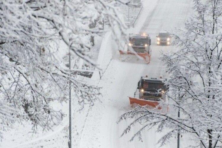 Не тільки військовою технікою:на Володимирщині продовжують чистити дороги від снігу