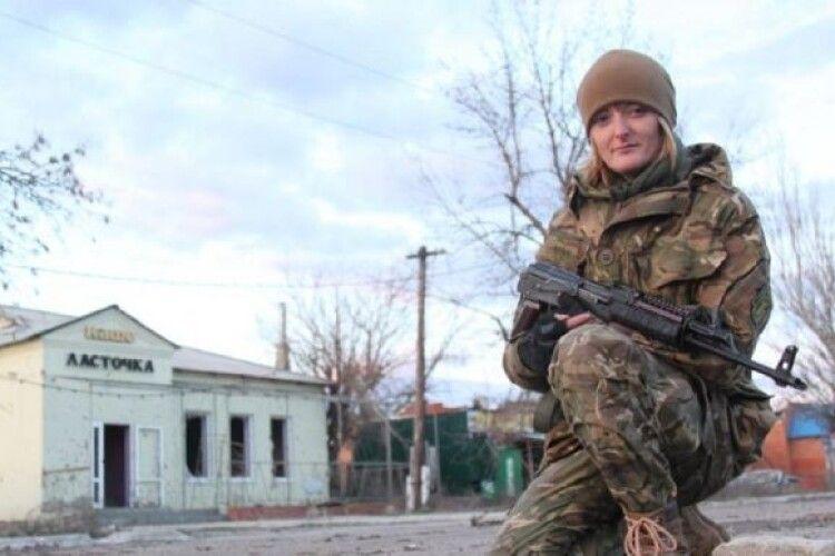 Суд звільнив з-під варти ветеранку АТО, яку обвинувачують в конвоюванні полонених бійців ЗСУ в окупованому Донецьку