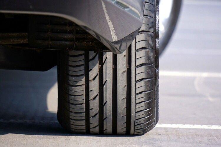 На Рівненщині водій ввечері припаркував авто, а вранці знайшов його у величезній ямі (Фото)