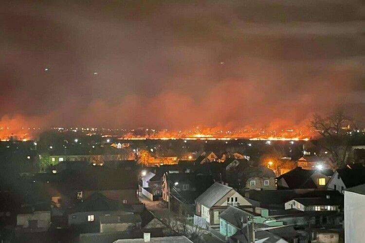 Вогонь наближається до міста: поблизу Дубна горить сухостій (Фото. Відео)