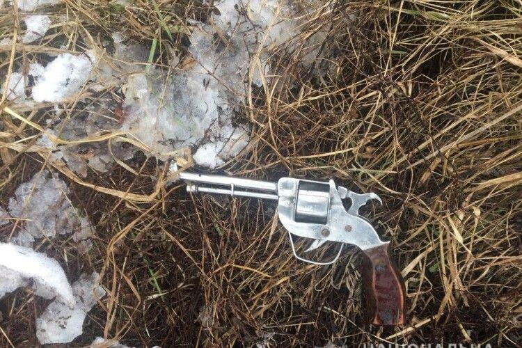 На дачному масиві поліція спіймала злодія з ломом, пістолетом.. і двома банками меду (Фото)