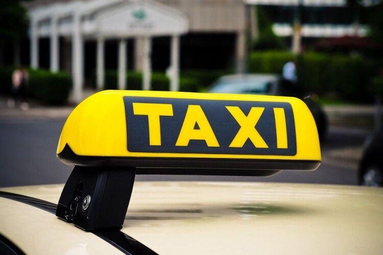 Забрав речі та викинув посеред поля: таксист напав на пасажирку