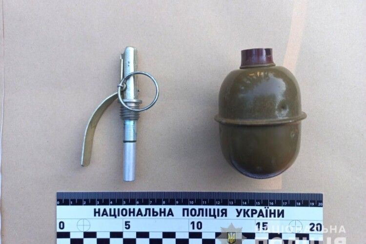 У Рівному поліцейські повідомили про підозру у незаконному придбанні та збуті гранати, тротилових шашок уродженцю Донецька