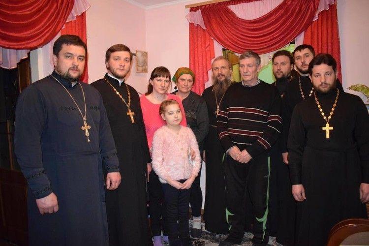 Священики передали 15000 гривень на лікування хворої горохівчанки